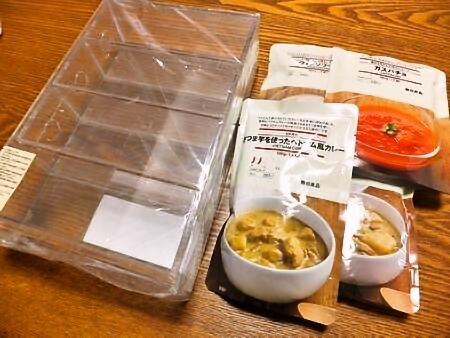 無印良品の収納ケースとレトルト食品
