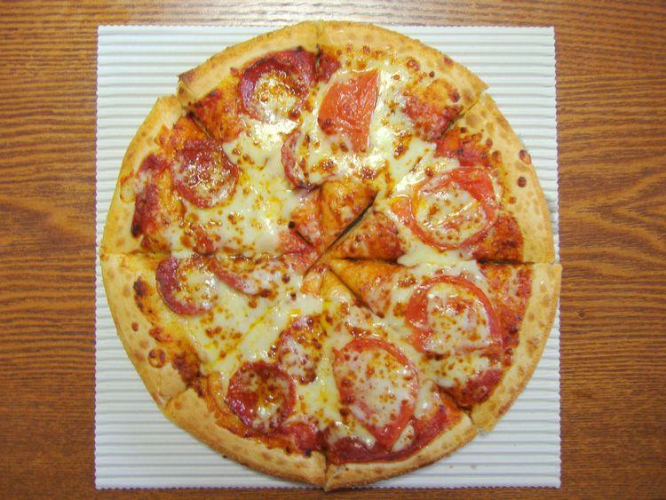 ピザハットのペパロニとスライストマトをトッピングしたピザ