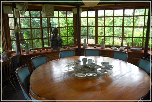 陶芸作品が展示してあるテーブル席