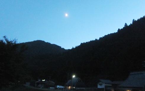 10)夜8時。暗闇です