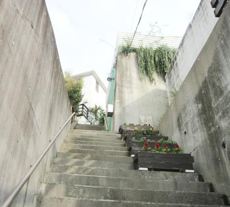 階段の向こうに貞子先生邸