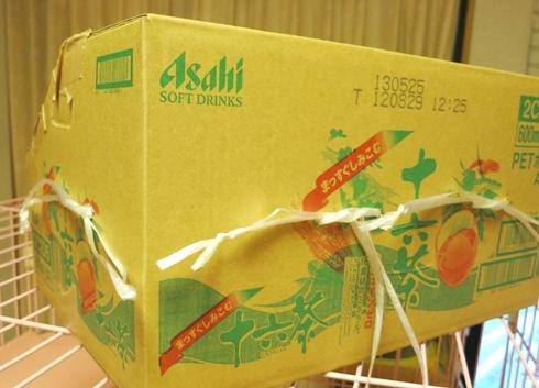 3)箱にひもをとおして