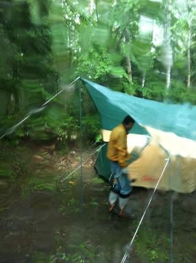 乗鞍キャンプ雨の設営