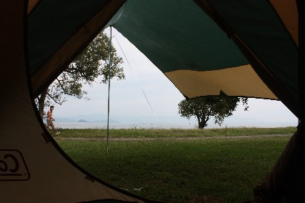 12.10琵琶湖畔キャンプ1テント内から湖畔