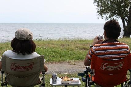12.10琵琶湖畔キャンプ2ふたり後ろ姿