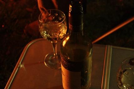 12.10琵琶湖畔キャンプ2焚き火の灯りワイン