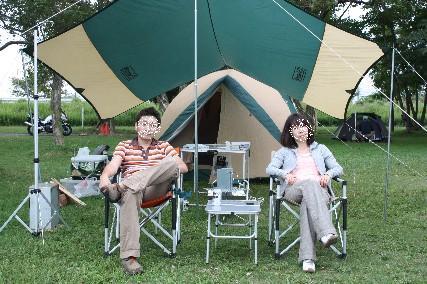 12.10琵琶湖畔キャンプ1テント前でふたり