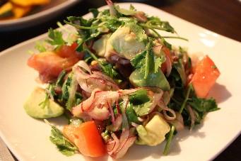 香草とアボカドのサラダ