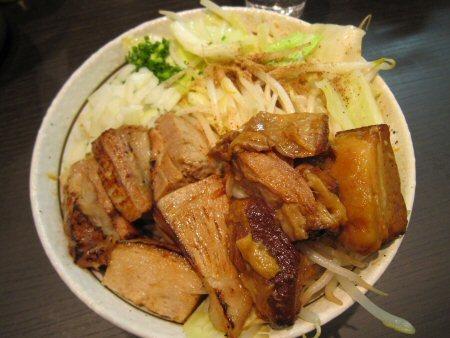 ソラトブ ドンブリ in 愛知-ど肉ニンニクまぜそば(¥900)+トロ肉(¥300)