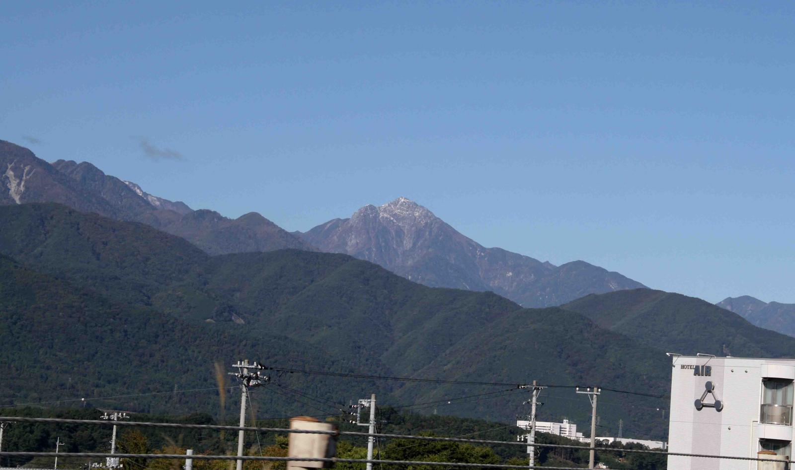 甲斐駒ヶ岳と鳳凰三山(左)