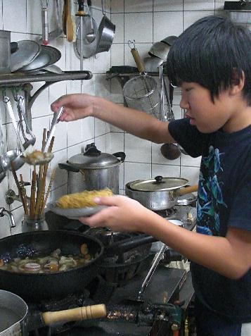 小学生の頃、料理に挑戦する息子