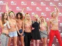 FEMENがヴェネチア映画祭でトップレスデモ
