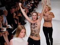 FEMENがパリのファッションショーのランウェイにトップレスで乱入【動画あり】
