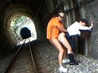 スリルを味わうため線路上でセックスしていたカップルが列車にひかれる