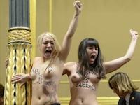 FEMENがスペインの国会議事堂内でトップレス抗議
