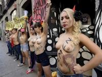FEMENがスペインにマドリード支部を開設して市内をトップレスで練り歩く