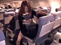 乗務員が警告しても飛行機内でのセックスをやめなかったカップルの男女を逮捕
