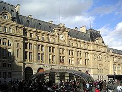 250px-Gare_Saint-Lazare_Facade.jpg