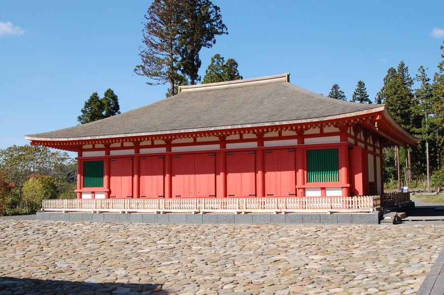 金堂の建物は当時の材料、工法を使い再建されたが、自治体という性格上、仏像は残念ながら納まっておらず