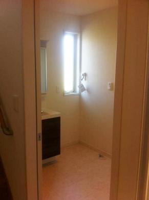 20120501001_ホールから見た脱衣洗面室
