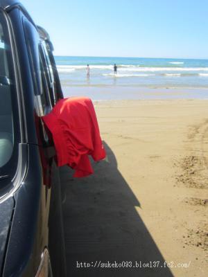 息子のズボン、車のミラーにかけて干してまっす