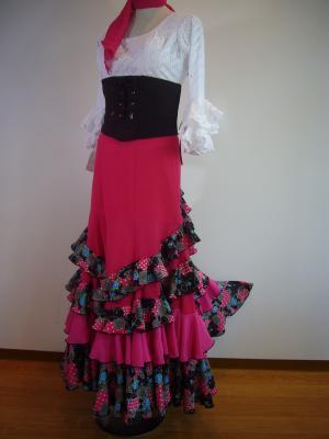白レースブラウス&ピンク花柄スカート