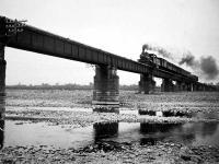 多摩川橋梁を走る機関車