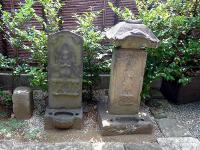 左「宝永元(1704)年、駒形青面金剛庚申塔」、右「元禄元(1688)年、笠付き青面金剛」