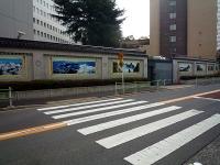 風景画の描かれた塀