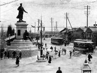 万世橋駅前銅像