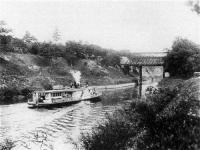 利根運河を進む蒸気船