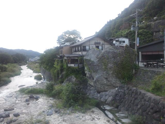 川沿いの巨岩