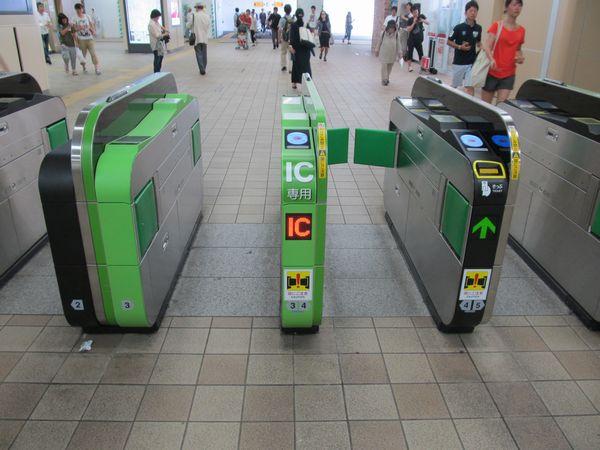 自動改札機は交通系ICカード全国相互利用のマークが入った最新仕様
