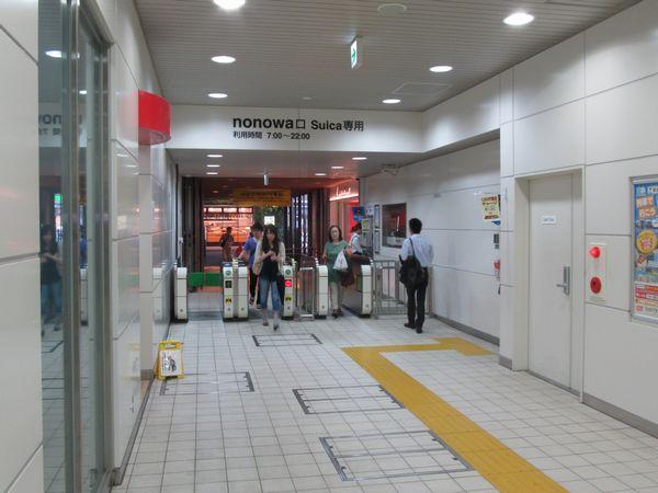 高架下の商業施設「nonowa」に直結する改札口