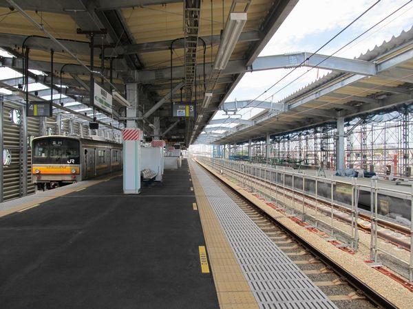 建設が進む稲城長沼駅上り線ホーム