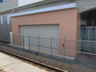 地上上り線に面して設置されているシャッターは、将来高架下の駅舎入口になる。