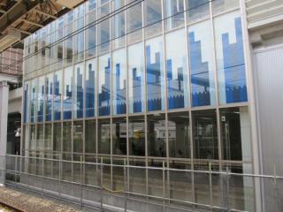 上り線側は地上からホーム階までガラス張りになっている。