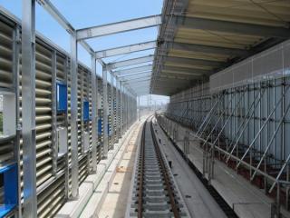 高架橋上では上り線の軌道敷設や架線張りが進んでいる。