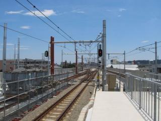 高架ホームの川崎方。1番線(上り本線)も軌道の一部が敷設済となっている。