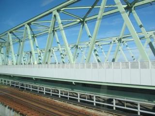 新橋梁は両側が防風柵で完全に覆われている。