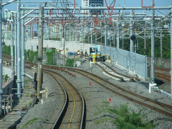 上野方の新旧接続部分。新上り線の軌道敷設がほぼ完了済み