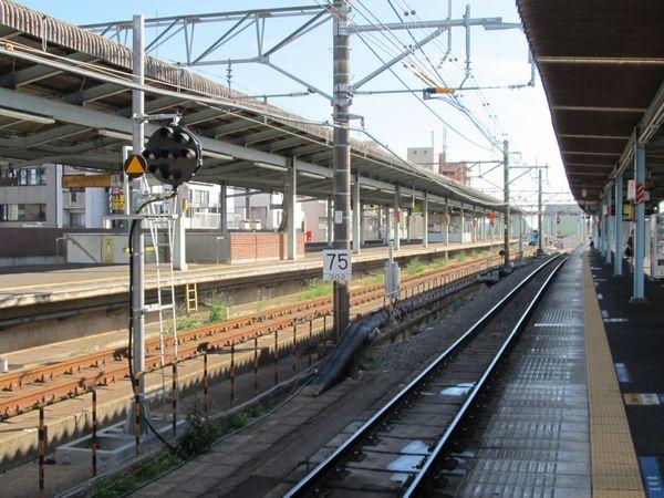 快速線上り取手駅ホームの中央付近。新橋梁切替後は直線になる。