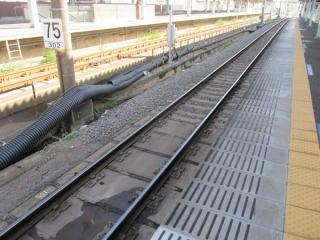 切替に備えて、上り線上野方の軌道はバラスト軌道に改修された。