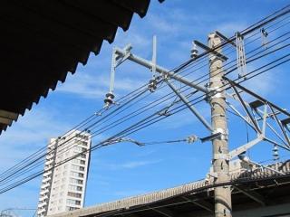 駅構内は切替後に使用する新しい架線が設置済み。