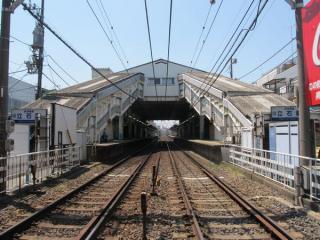 京成立石駅の駅舎とホーム