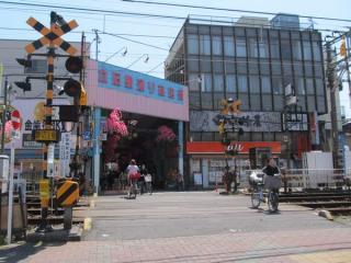 京成立石駅前の立石駅通り商店街。線路を挟み、150mほどの長さがある。