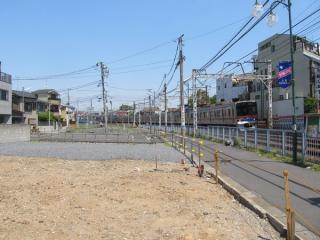 京成立石駅から青砥方に100mほど進んだ場所で進む用地買収。急カーブの改良を見込んで大きな幅が確保されている。