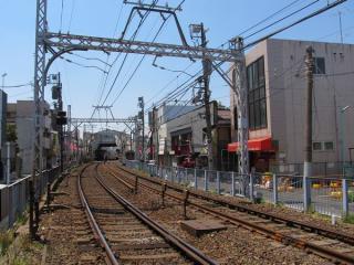 ほぼ同じ場所から京成立石駅方向を見る。右側は仮線用地だが、買収はあまり進んでいない。