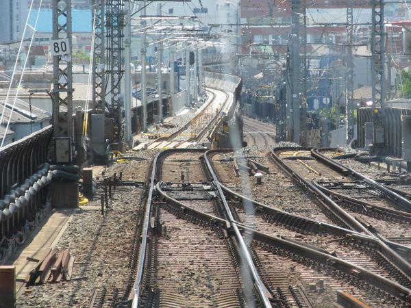 八広駅に停車中の上り列車から上り線の新旧接続地点を見る。正面に見える白い軌道が新上り線。