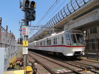 京成曳舟駅前にある京成曳舟1号踏切〈明治通り〉から青砥方を見る